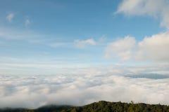 Céu azul e mar da névoa Imagem de Stock Royalty Free