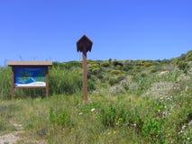 Céu azul e mar surpreendente, rochas do granito com vegetação mediterrânea, vale da lua, della Luna de Valle, Testa do Capo, Sant imagem de stock