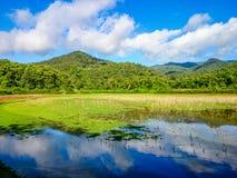 Céu azul e montanha, espelho Fotos de Stock Royalty Free