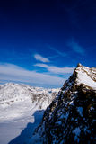 Céu azul e montanhas máximas fotos de stock royalty free