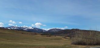 Céu azul e montanhas imagem de stock