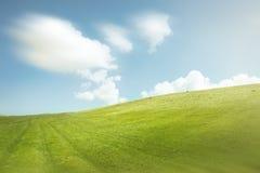 Céu azul e montes verdes imagem de stock