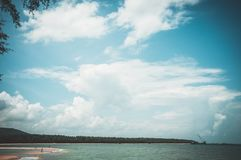 Céu azul e nebuloso bonitos sobre o mar Parte traseira da natureza da serenidade imagens de stock royalty free