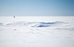 Céu azul e neve profundos no mar Báltico congelado fotos de stock