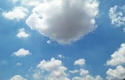 Céu azul e a nuvem Fotos de Stock Royalty Free