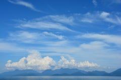 céu azul e nuvem Bintan maravilhoso Indonésia imagem de stock royalty free