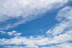 Céu azul e nuvem branca Fotografia de Stock