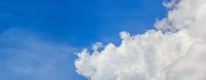 Céu azul e nuvem branca Fotos de Stock