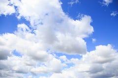Céu azul e nuvem branca Fotos de Stock Royalty Free
