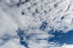 Céu azul e nuvem branca para o entusiasmo do negócio imagens de stock
