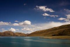 Céu azul e nuvem do lago mountain Fotos de Stock