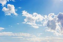 Céu azul e nuvens brancas imagens de stock