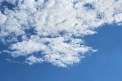 Céu azul e nuvens brancas Imagens de Stock Royalty Free