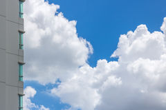 Céu azul e nuvens brancas Fotos de Stock