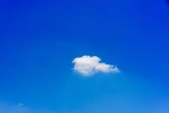 Céu azul e nuvens brancas Foto de Stock