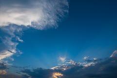 Céu azul e nuvens brancas, céus azuis Foto de Stock