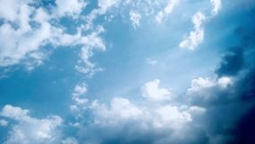 Céu azul e nuvens brancas & pretas inchado Foto de Stock Royalty Free