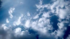 Céu azul e nuvens brancas & pretas inchado Fotografia de Stock