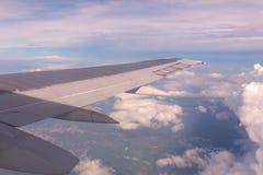 Céu azul e nuvens como a janela completamente vista dos aviões Imagens de Stock