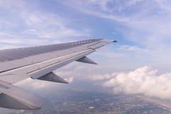 Céu azul e nuvens como a janela completamente vista dos aviões Fotografia de Stock