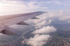 Céu azul e nuvens como a janela completamente vista dos aviões Foto de Stock