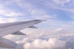 Céu azul e nuvens como a janela completamente vista dos aviões Fotografia de Stock Royalty Free