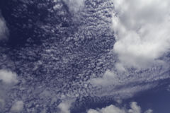 Céu azul e nuvens Fundo do céu e das nuvens fotografia de stock
