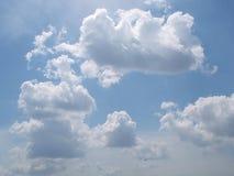 Céu azul e nuvens inchado com sol brilhante Fotografia de Stock Royalty Free