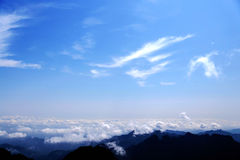 Céu azul e nuvens na montanha de Wudang, uma Terra Santa famosa da taoista em China Fotos de Stock