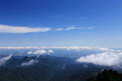 Céu azul e nuvens na montanha de Wudang, uma Terra Santa famosa da taoista em China Imagens de Stock