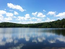 Céu azul e nuvens sobre o lago Foto de Stock Royalty Free
