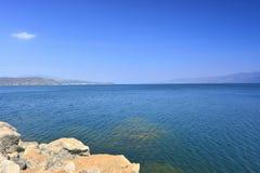 Céu azul e o lago Fotos de Stock Royalty Free