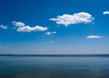 Céu azul e o mar fotos de stock