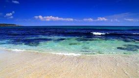 Céu azul e ondas de oceano filme