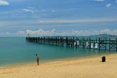 Céu azul e ponte de madeira no mar Fotos de Stock Royalty Free