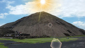 Céu azul e sol e nuvens vistos acima de uma pirâmide teotihuacan no verão quente em montanhas de Puebla Fotos de Stock