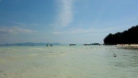 Céu azul em Koh Kradan, Tailândia fotografia de stock