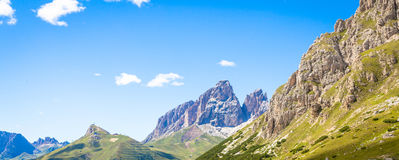 Céu azul em montanhas de Dolomiti em Itália Imagens de Stock Royalty Free