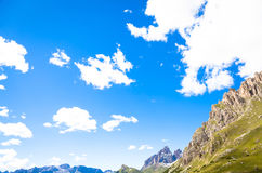 Céu azul em montanhas de Dolomiti em Itália Fotografia de Stock