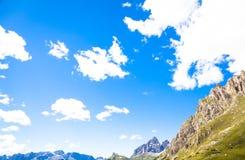 Céu azul em montanhas de Dolomiti em Itália Fotografia de Stock Royalty Free