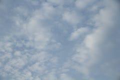 Céu azul em nebuloso Fotografia de Stock Royalty Free