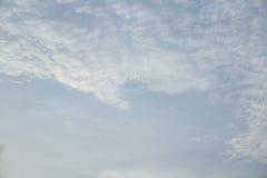Céu azul em nebuloso Fotos de Stock Royalty Free