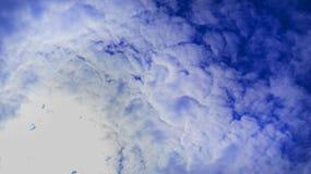 céu Azul-azul em que um punhado das nuvens brancas A imagem de Acentria, escreve ao PM Fotografia de Stock Royalty Free