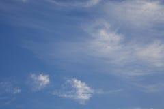 Céu azul em um dia ensolarado brilhante imagens de stock