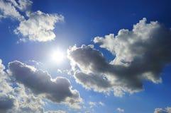 Céu azul ensolarado Fotos de Stock