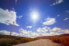 céu azul ensolarado em um campo do moinho de vento na Espanha Fotos de Stock