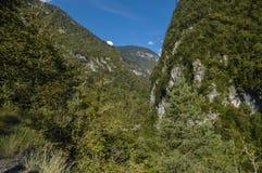 Céu azul entre duas montanhas Fotografia de Stock Royalty Free