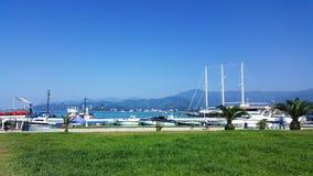 Céu azul, grama verde, montanhas e mar em Batumi Imagens de Stock