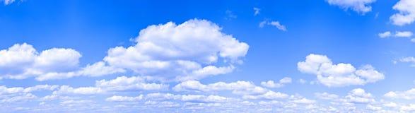 Céu azul largo imagem de stock royalty free