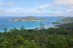 Céu azul, mar azul e ilhas em Mahe Imagem de Stock Royalty Free